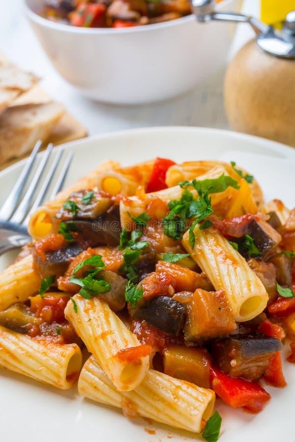 Fried Creole Aubergines Served avec Penne Pasta et le persil images libres de droits