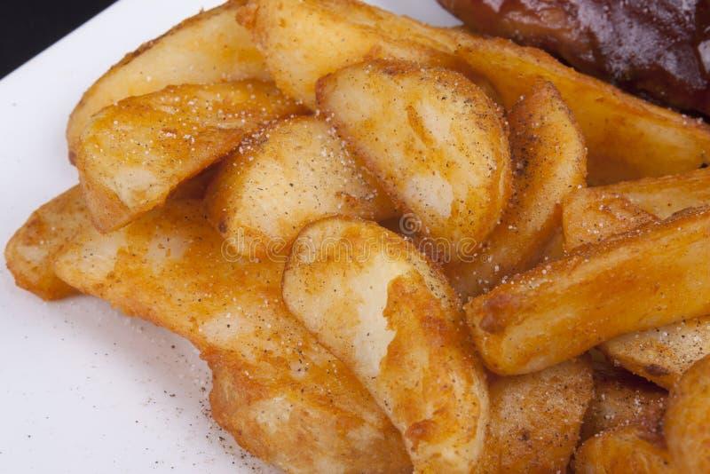 Fried Crisp Potato Wedges d'or. photo libre de droits