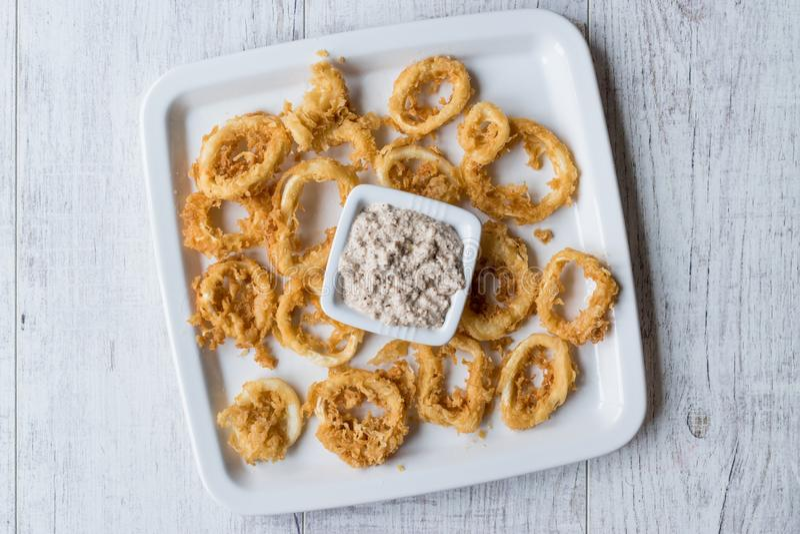 Fried Crispy Calamari Squid Rings met Tartaarsaus en Citroen stock foto