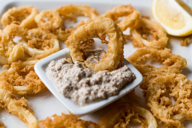 Fried Crispy Calamari Squid Rings met Tartaarsaus en Citroen royalty-vrije stock afbeelding