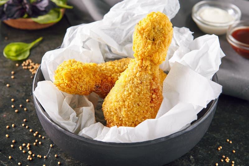 Fried Crispy Chicken Legs, muslo o palillo caliente imagen de archivo