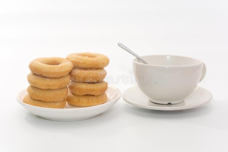 Fried Donuts com cobertura e xícara de café do açúcar fotografia de stock royalty free