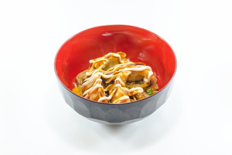 Fried Dumpling con la salsa cremosa en el fondo blanco imagenes de archivo