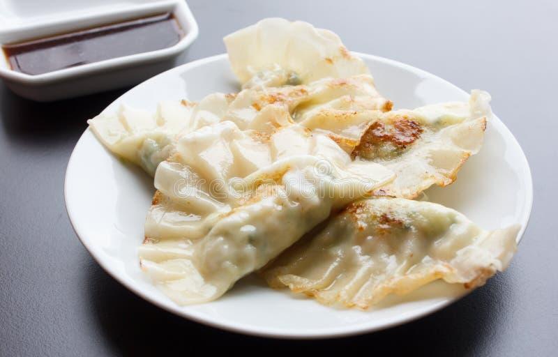 Fried Dumpling - Gyoza con la salsa fotos de archivo