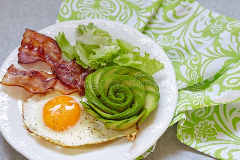 Fried Egg, bacon e abacate Rosa para o café da manhã foto de stock royalty free