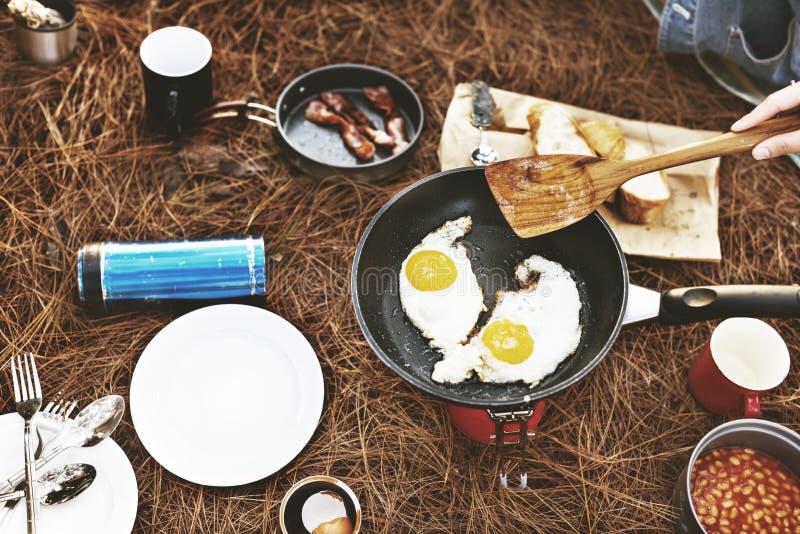 Fried Egg Bean Bacon Bread kaffe kopplar av matlagningbegrepp royaltyfria foton