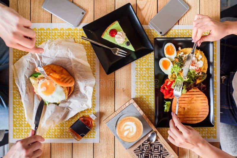Fried Egg Burger en ontbijt met gekookt ei, pompoenpuree, sla en vers brood, en koffie met dessert stock foto