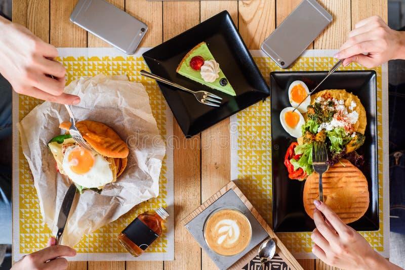 Fried Egg Burger en ontbijt met gekookt ei, pompoenpuree, sla en vers brood, en koffie met dessert royalty-vrije stock foto