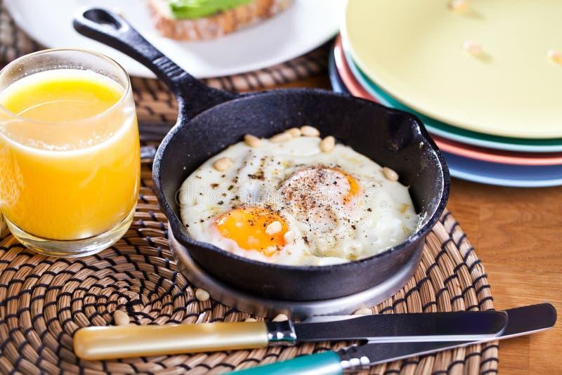 Fried Egg Feche acima da vista do ovo frito em uma frigideira Ovo frito salgado e temperado com salsa na bandeja e no preto do fe imagem de stock royalty free