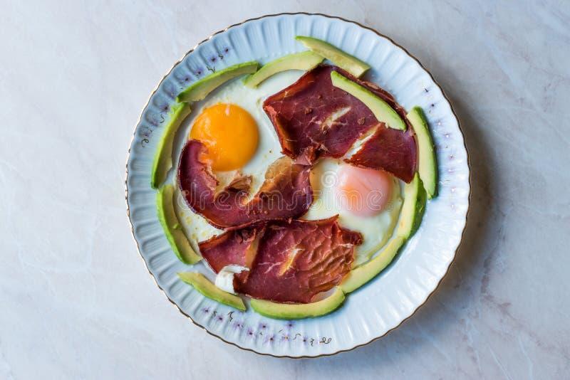 Fried Egg met Bacon Pastirma/de Plakken van Pastrami en van de Avocado voor Ontbijt royalty-vrije stock foto's
