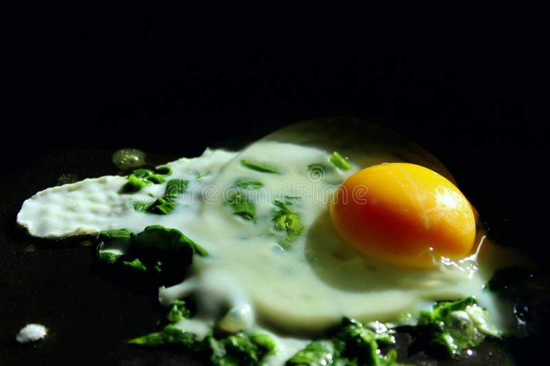Fried Egg In A que frita Pan With Spinach Close-Up, vista superior fotografia de stock