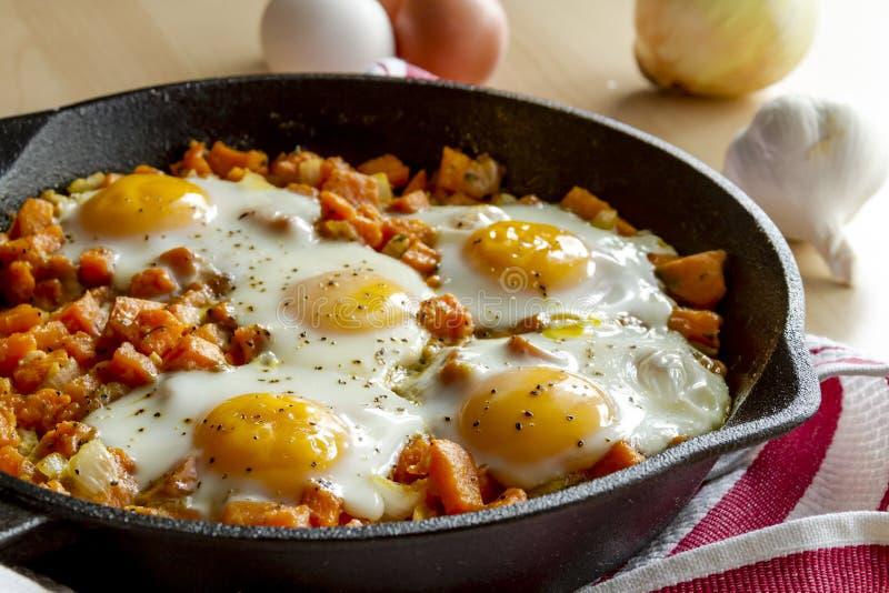 Fried Eggs och sötpotatispölsa arkivbild