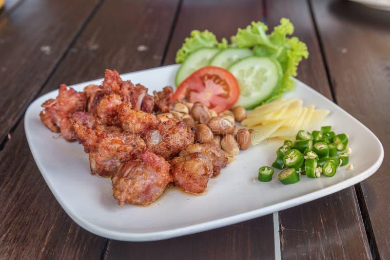 Fried Fermented Pork Ribs med ingefäran och chili arkivfoton