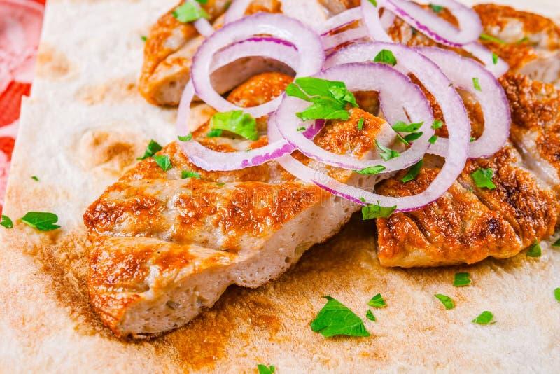 Fried finhackade nötkött med löken Armenisk mat Kofta royaltyfria foton