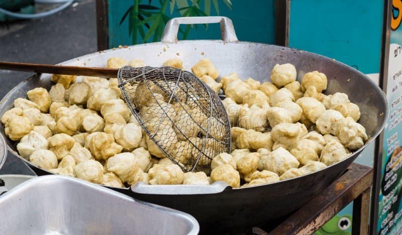Fried Fish Balls i varm panna i Bangkok gatamarknad fotografering för bildbyråer