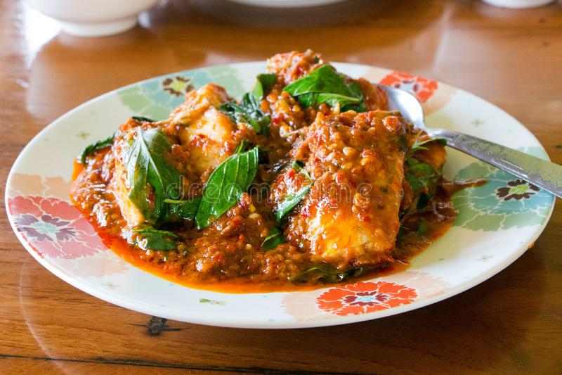 Fried Fish com pimentões CurryPla Pat Prig Kang fotos de stock royalty free