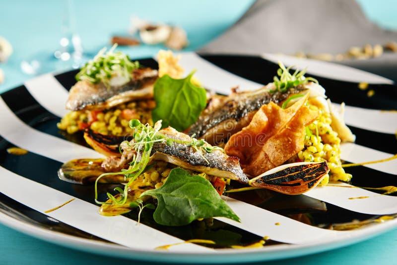 Fried Fish com risoto do caril fotos de stock