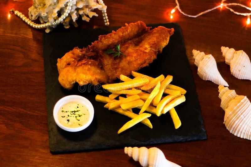 Fried Fish con las patatas fritas y la salsa de la inmersión imagen de archivo libre de regalías