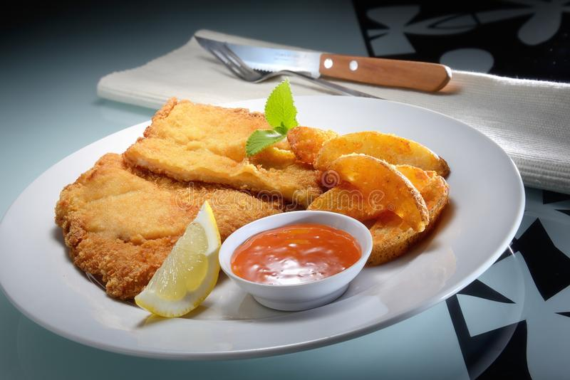 Fried Fish e microplaquetas foto de stock