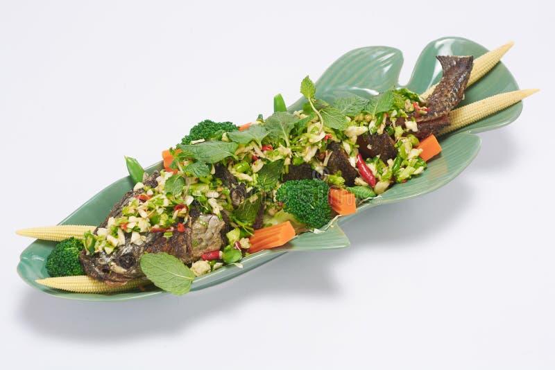 Fried Fish met Gemengd Herb Salad Thai Style royalty-vrije stock fotografie