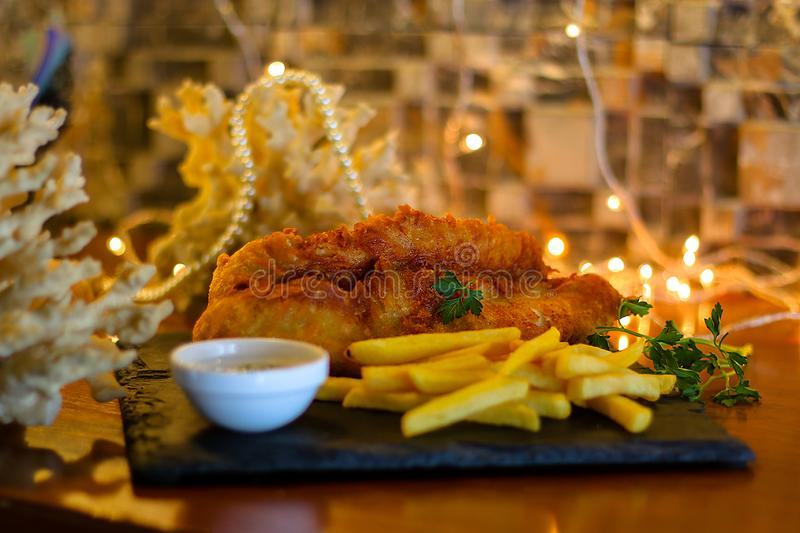 Fried Fish mit Pommes-Frites u. Bad-Soße lizenzfreie stockfotos