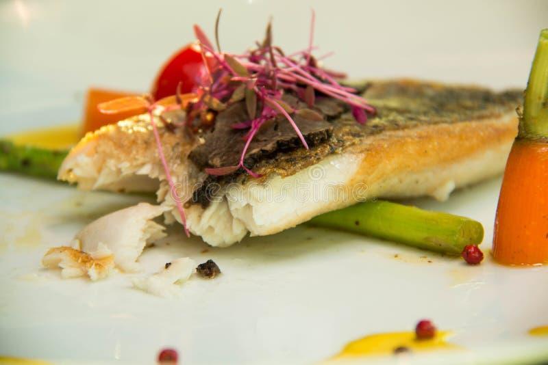 Fried Fish Steak med sås och veggies fotografering för bildbyråer