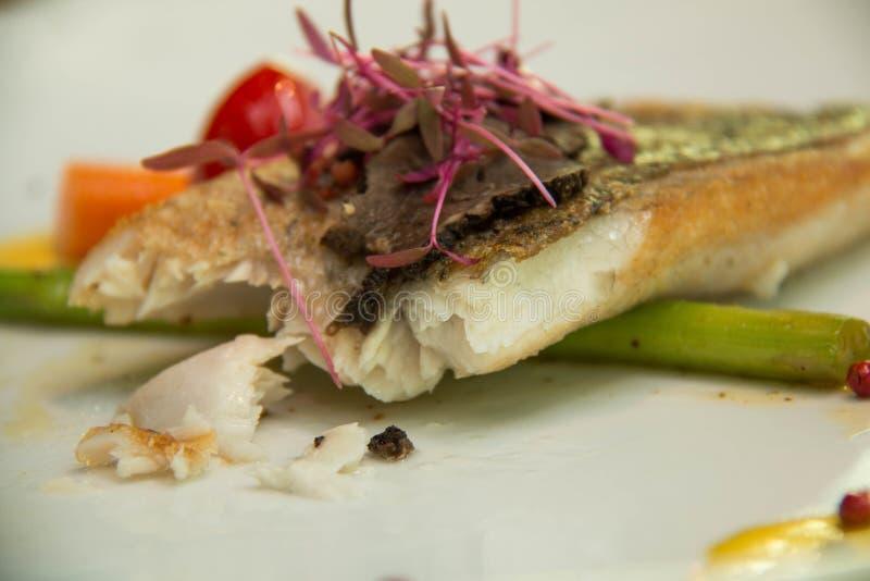 Fried Fish Steak med sås och veggies arkivfoton