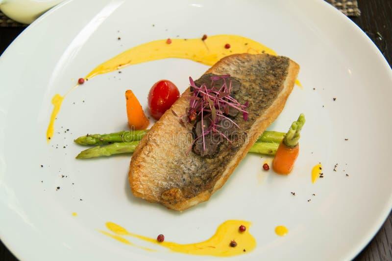 Fried Fish Steak med sås och veggies royaltyfria bilder