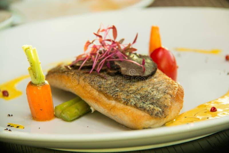 Fried Fish Steak med sås och veggies royaltyfri bild