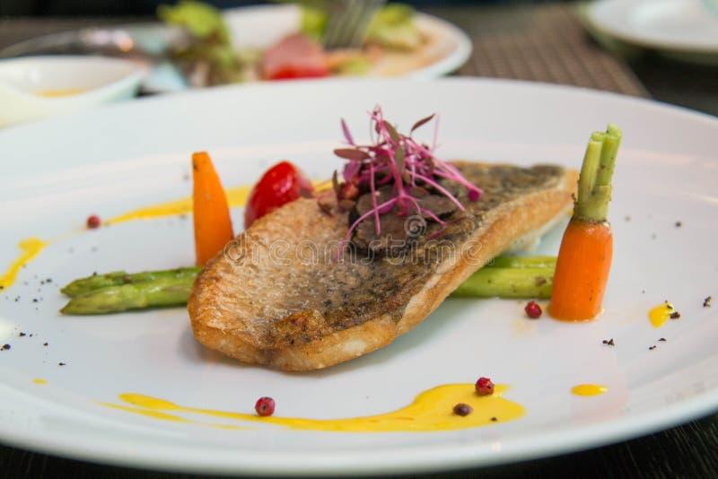 Fried Fish Steak mit Soße und Veggies lizenzfreie stockbilder