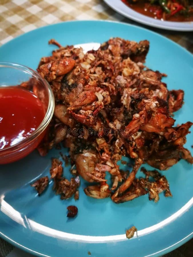 Fried Frogs avec du sel et le poivre noir Du plat bleu images libres de droits