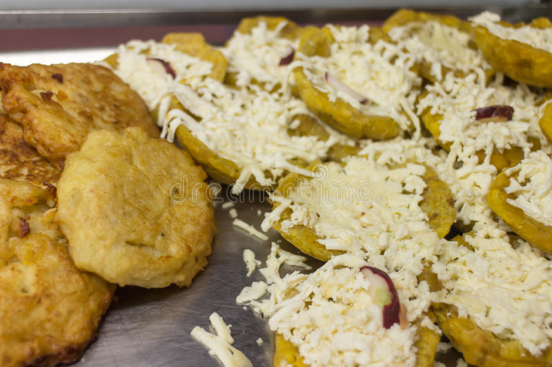 Fried Green Plantains eller Tostone arkivfoto