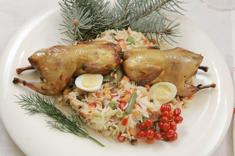 Fried Grouse in un piatto servito su un nuovo anno festivo fotografie stock libere da diritti