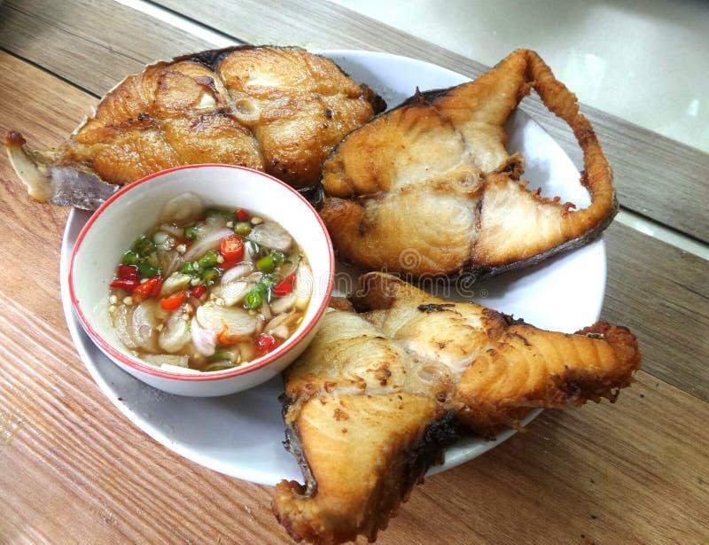 Fried King Mackerel und Fischsauce mit Paprikazitrone und -knoblauch lizenzfreie stockfotos