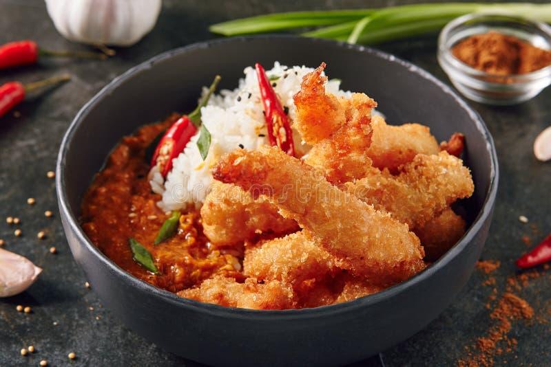 Fried King Shrimps o gamberetti con riso e curry immagini stock