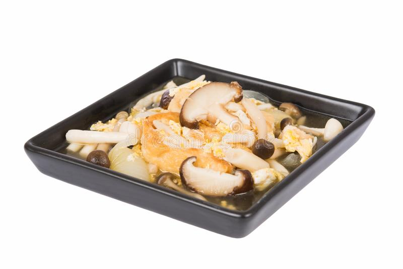 Fried kokade tofuen som stektes under omrörning med champinjoner och ägg royaltyfri bild