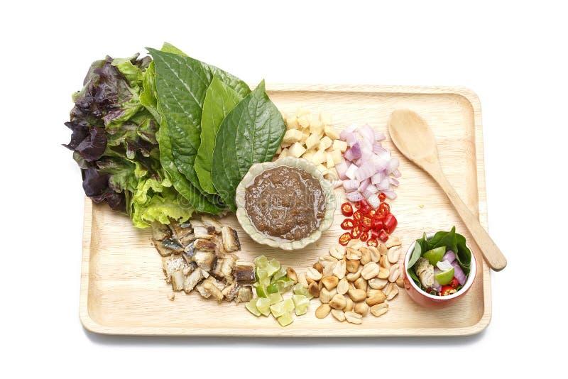 Fried Mackerel è servito con il condimento fragile dell'arachide e della verdura fresca sul fondo bianco isolato fotografia stock