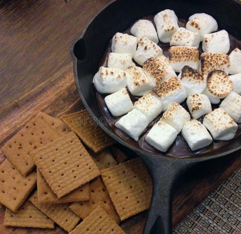 Fried Marshmallows sopra la padella antiaderante d'acciaio nera immagine stock libera da diritti