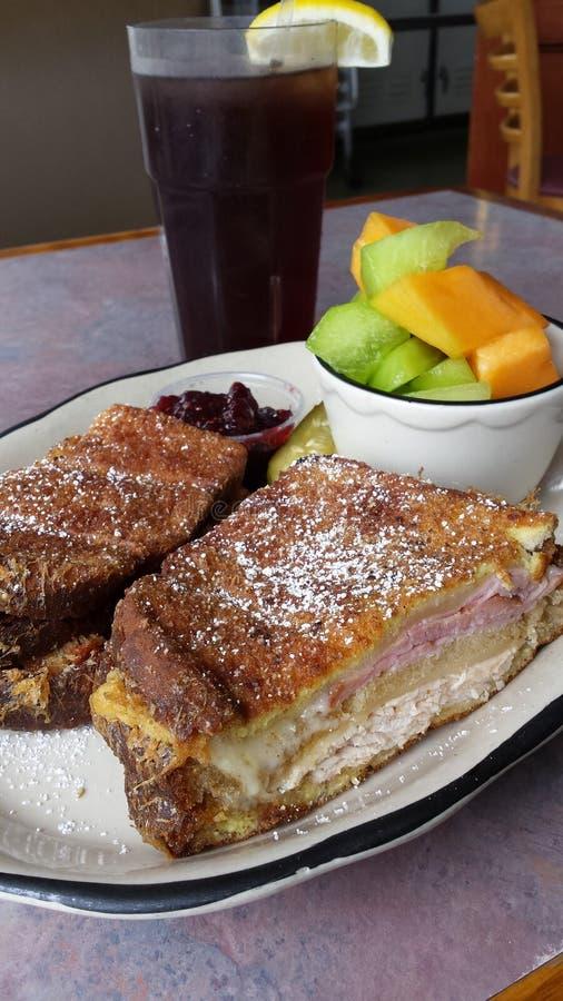 Fried Monte Cristo Sandwich med frukt arkivbilder