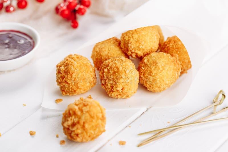 Fried Mozzarella Cheese Balls med tranbärsås royaltyfria bilder
