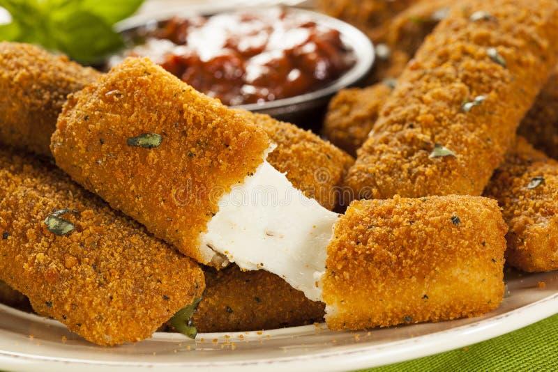 Fried Mozzarella Sticks caseiro imagem de stock