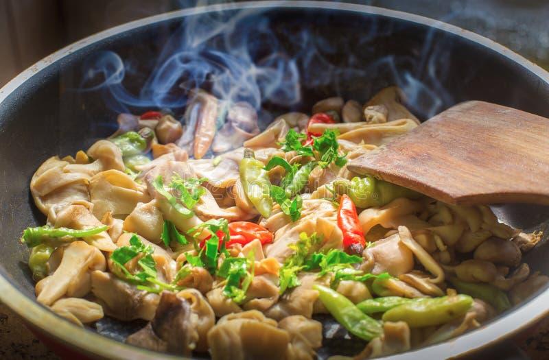 Fried Mushrooms in una pentola d'annata con le erbe fresche fotografia stock