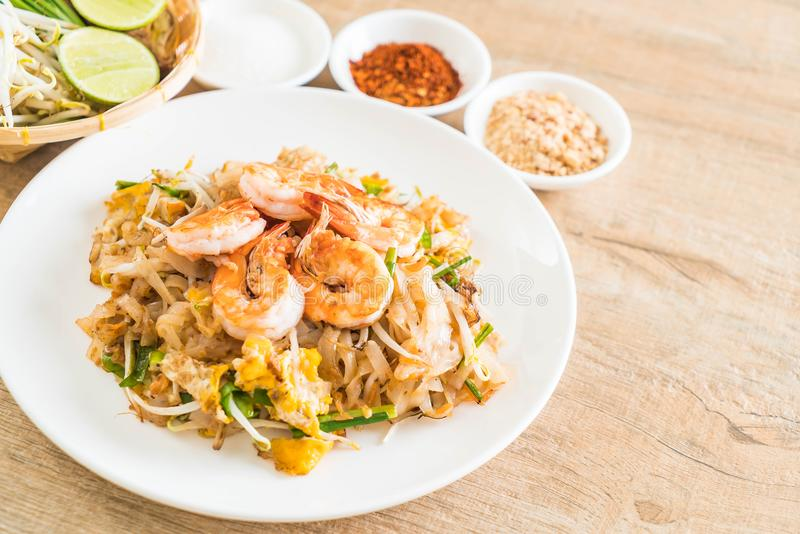 """Fried Noodles \ """"cuscinetto tailandesi tailandese \"""" con i gamberetti fotografia stock libera da diritti"""