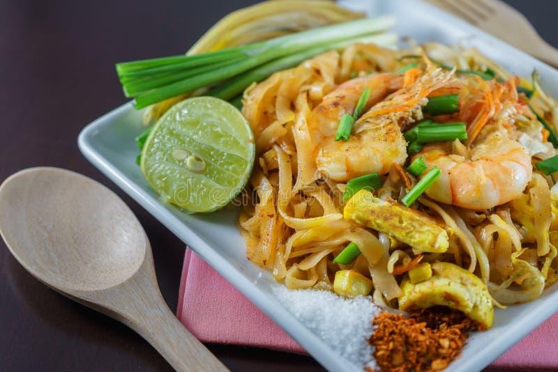 Fried Noodles-het koken met verse garnalen genoemd Phat Thai stock fotografie