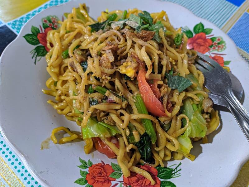 Fried Noodles With Javanese central una aspersión de especias y de hierbas deliciosas imagen de archivo