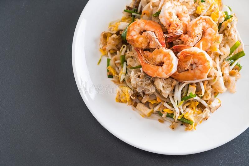 Fried Noodles Pad Thai tailandese con i gamberetti immagini stock