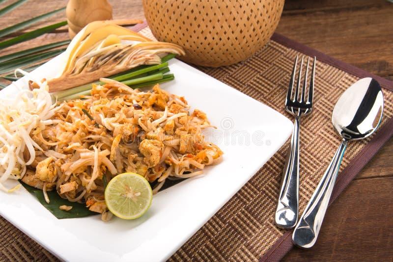 Fried Noodles Pad Thai tailandese con i gamberetti o i gamberetti Alimento della via tagliatelle fritte con il pollo ed il gamber immagine stock libera da diritti