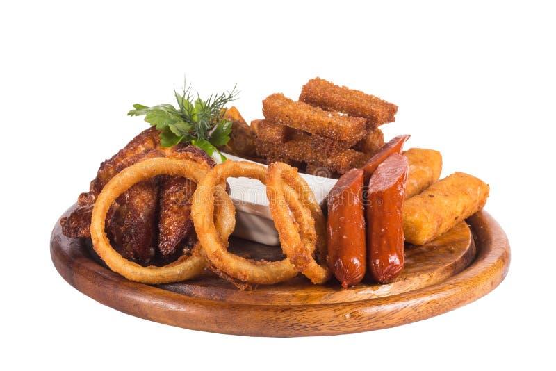 Fried Onion Rings, boules de fromage, pommes chips, frites de lard et sauce à tartre profonds images libres de droits
