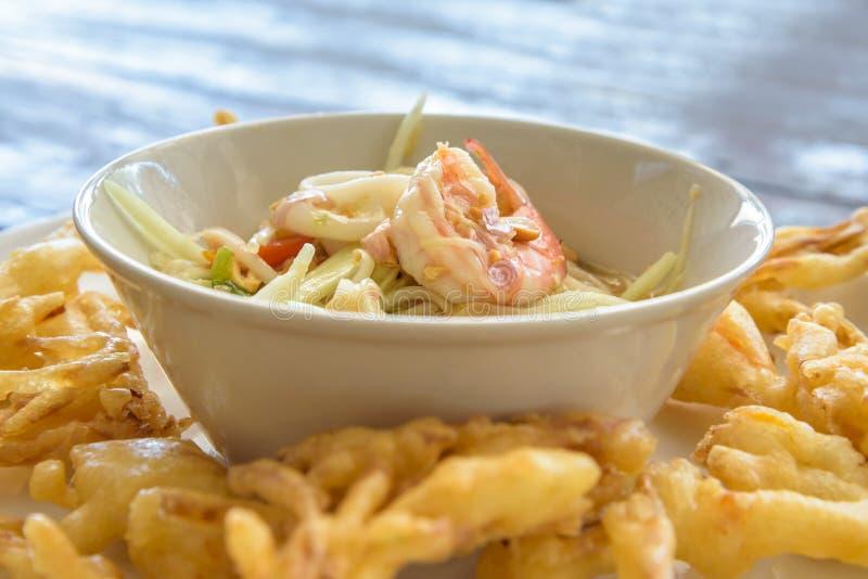 Fried Papaya Salad Recipe Som-Tum Tod lizenzfreie stockfotos