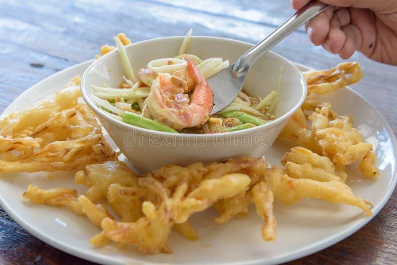 Fried Papaya Salad Recipe Som-Tum Tod lizenzfreies stockfoto